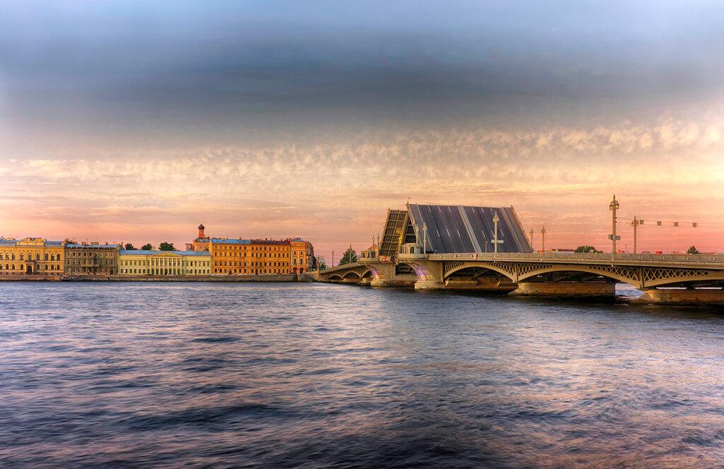 Раннее утро на реке Неве. Благовещенский мост, соединяющий Второй Адмиралтейский и Васильевский остров. Английская набережная. Санкт-Петербург