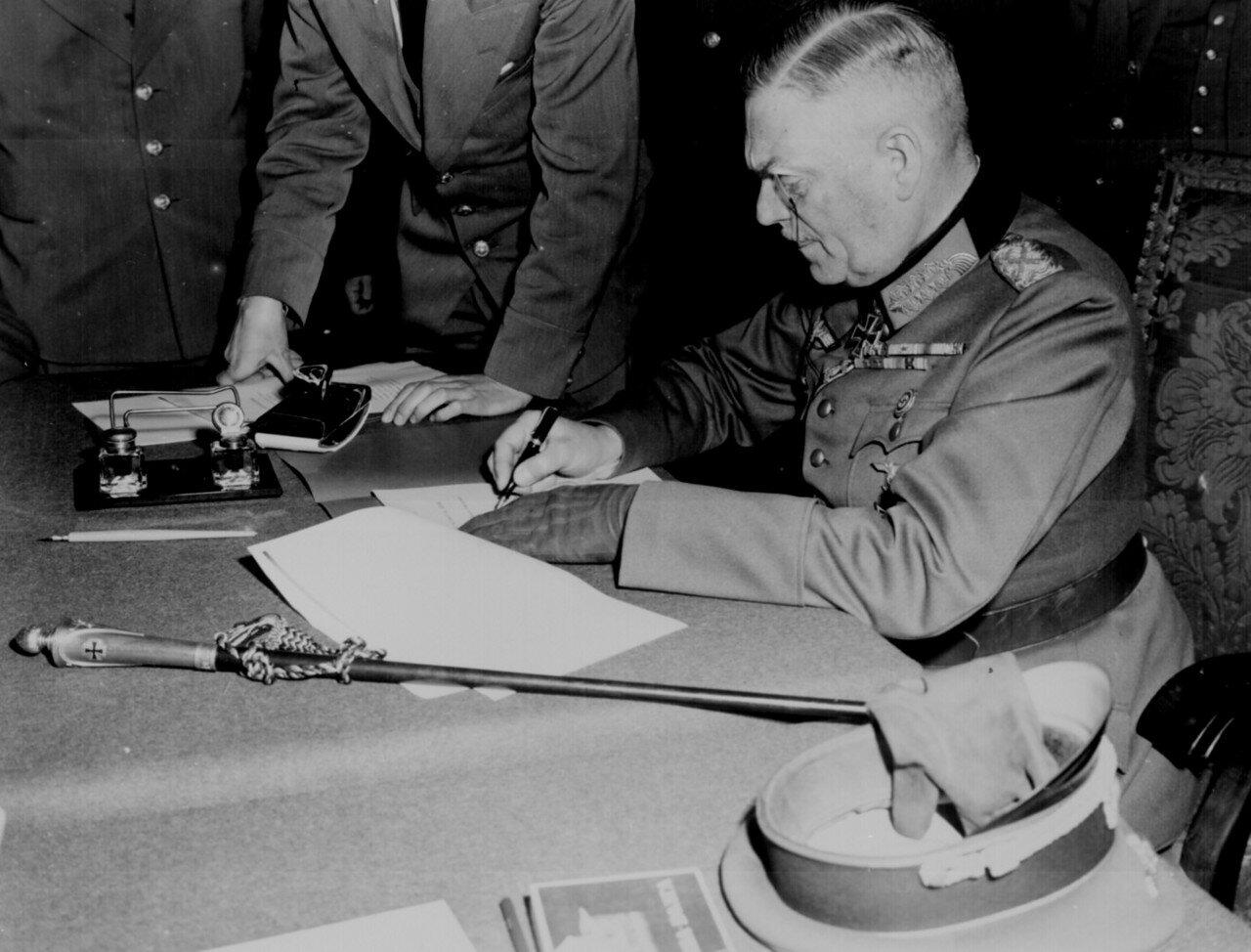Вильгельм Кейтель во время подписания акта о капитуляции Германии.jpg