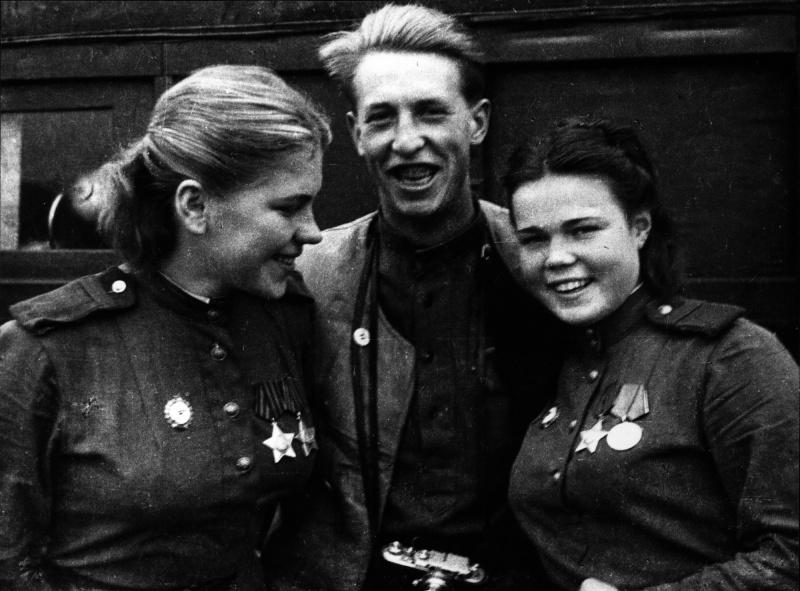 Cнайперы 159-й сд Р. Шанина и Е. Красноборова и военкор А. Фридлянский. 44.jpg