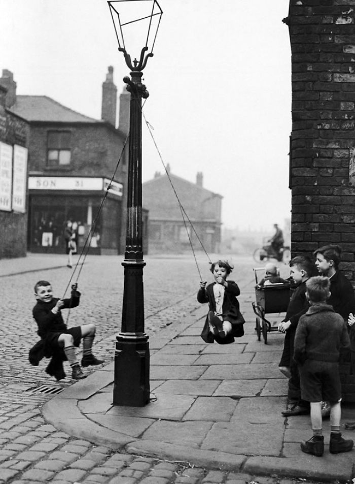 historical-children-playing-photography-58a456e800974__700.jpg