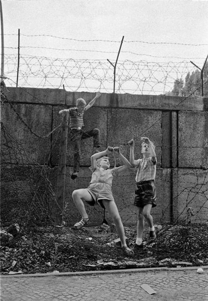 historical-children-playing-photography-58a4590a23636__700.jpg