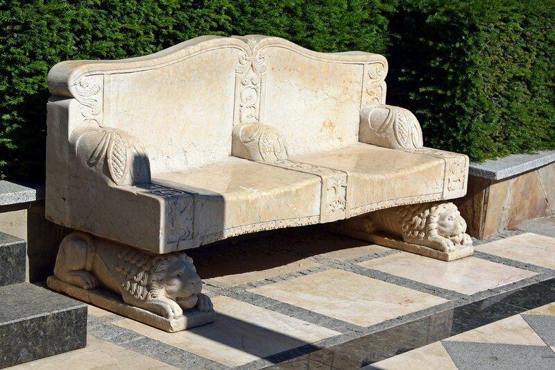 Каменный диванчик