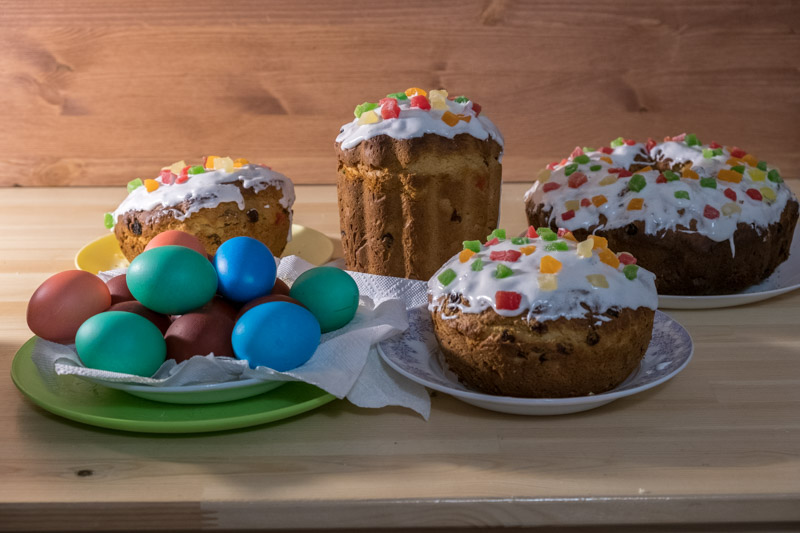 куличи, крашенные яйца на столе. пасха