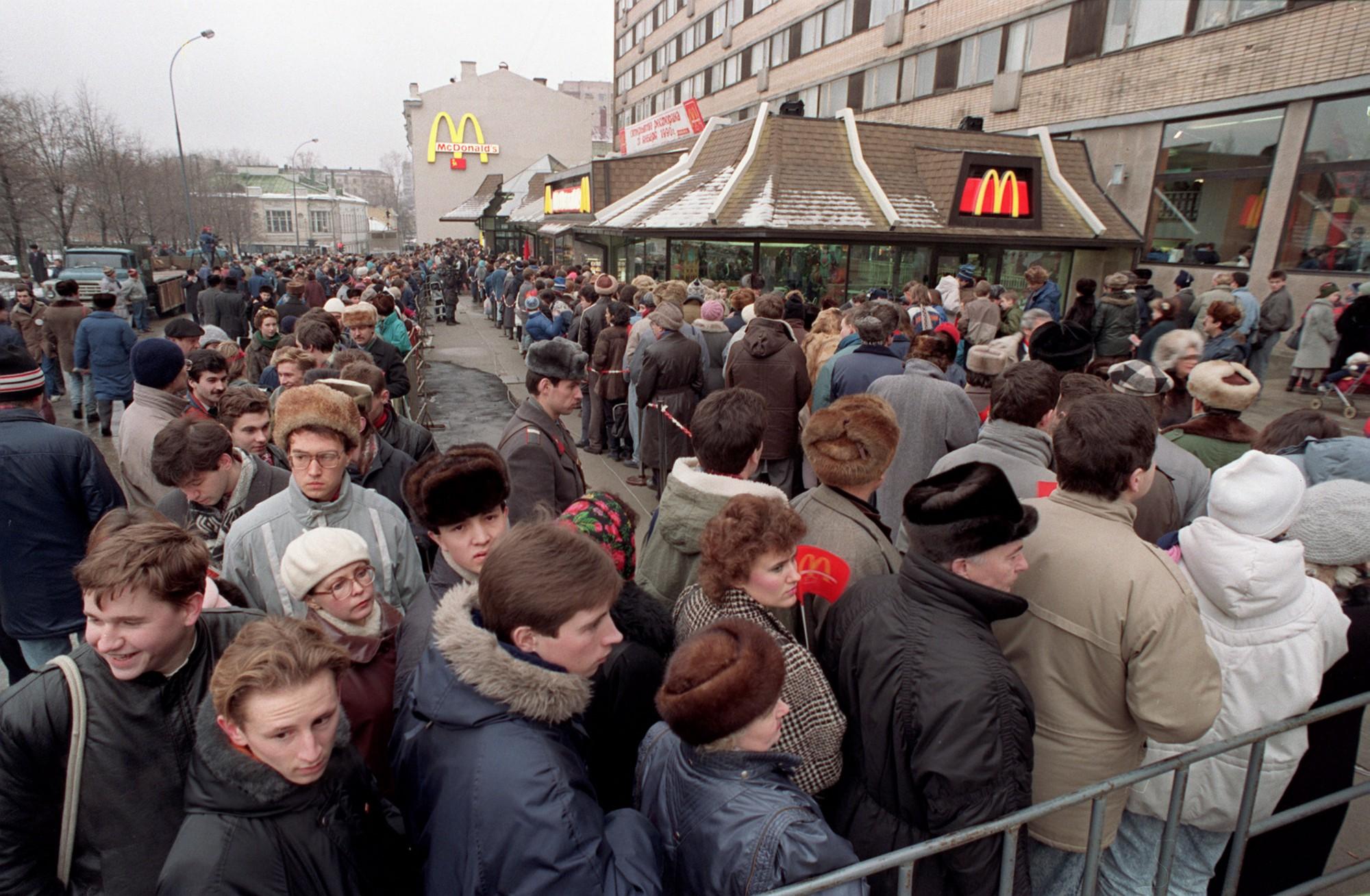 1990. Сотни москвичей выстраиваются вокруг первого ресторана Макдоналдс в Советском Союзе в день открытия, в среду, 31 января