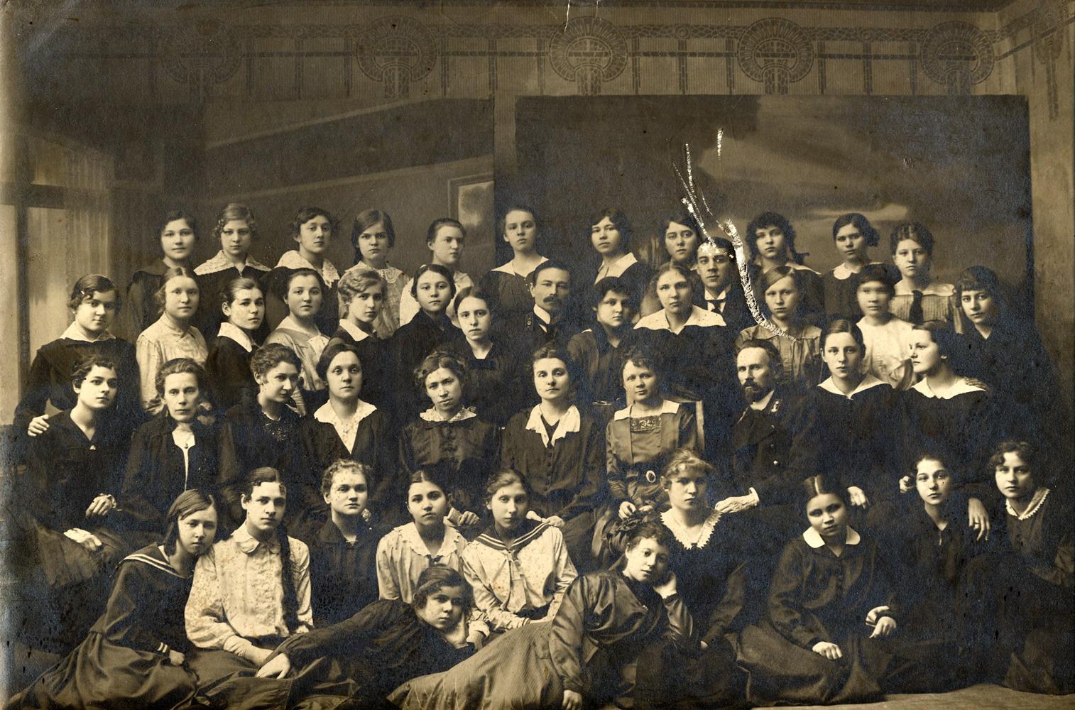 Анастасия Михайловна Яковлева в группе учениц и преподавателей Муромской женской гимназии. 1910-е
