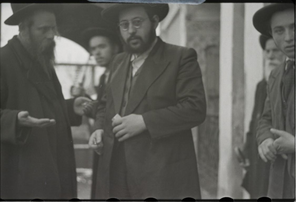 Раввин Барух Рабинович (справа) в беседе с раввином  Шлоиме Шлисселем, председателем суда Бейт-Дина
