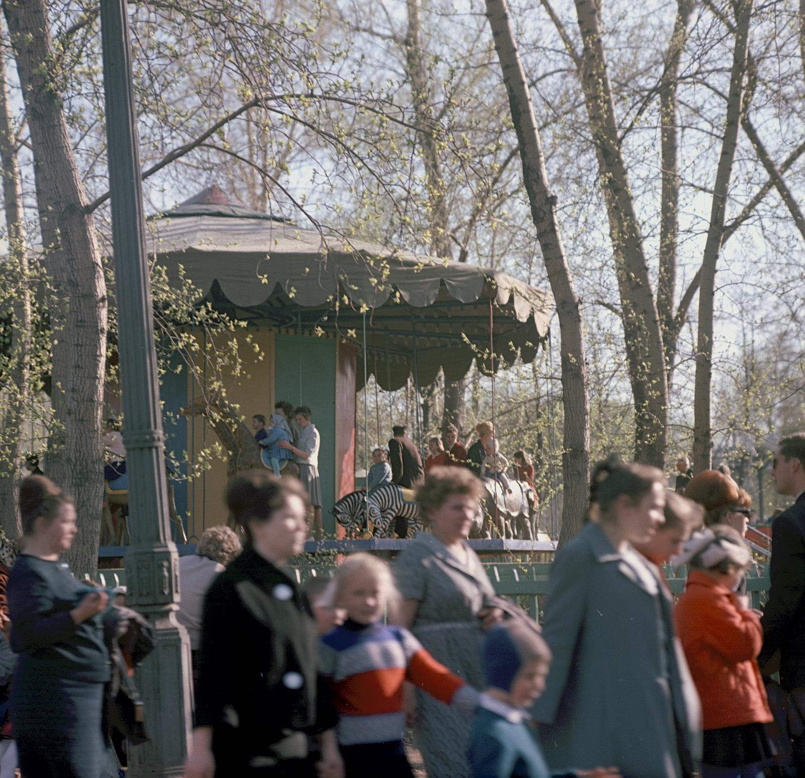 Возле детской карусели в парке Горького
