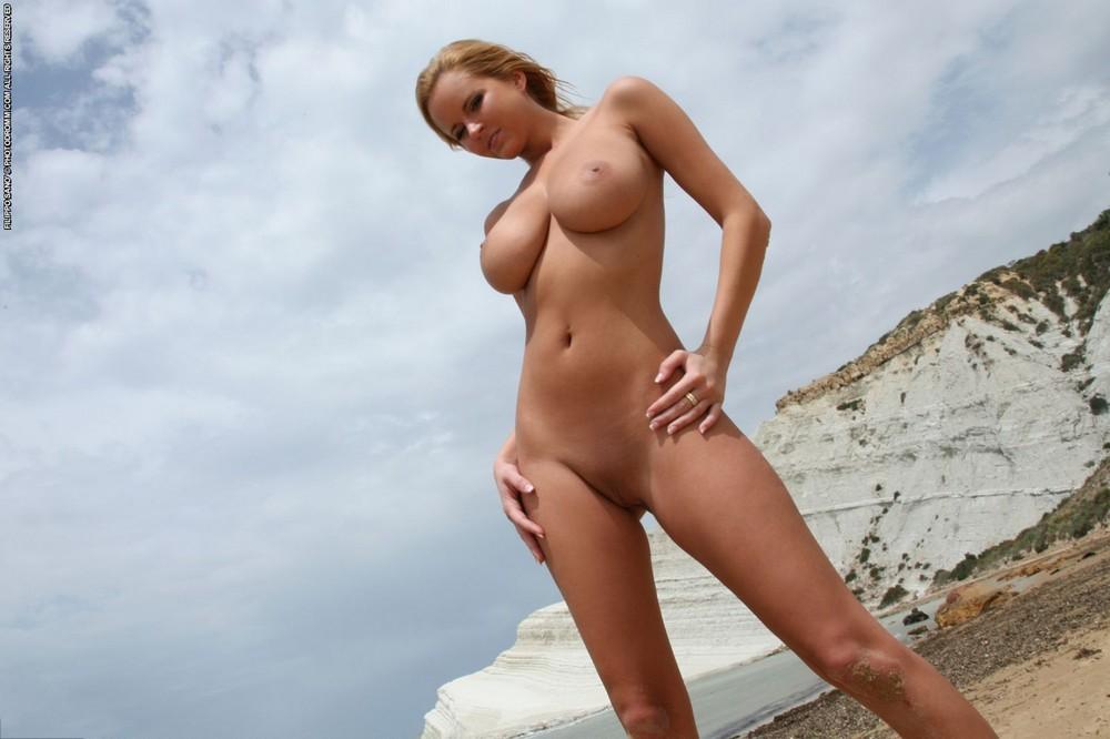 Грудастая Zuzana Drabinova на пляже