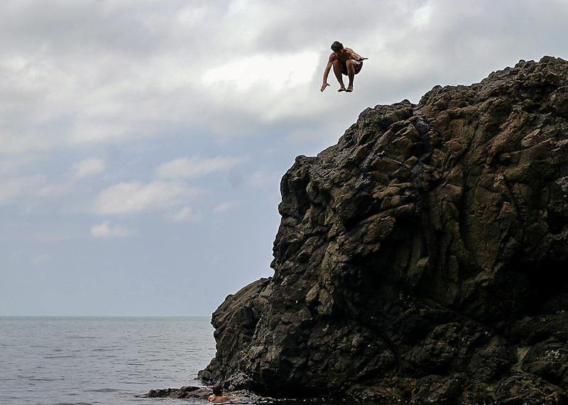 Скала на пляже Сарпи