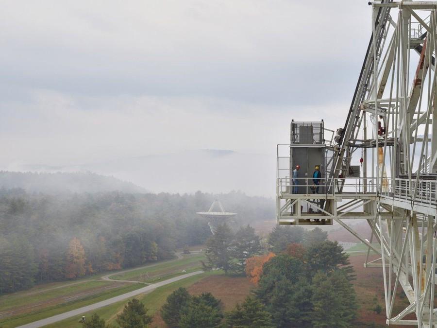 17. Вид с телескопа. Маленький телескоп обслуживается той же командой, а горы служат барьером для вн