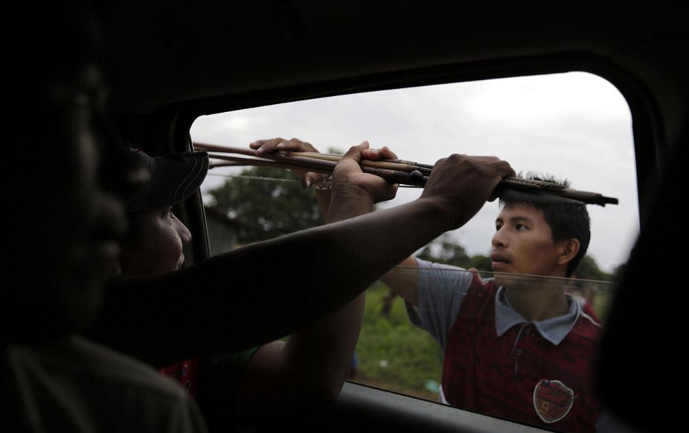 4. Настоящий индеец. Провожает взглядом членов своего племени, идущих на борьбу с лесорубами, 7
