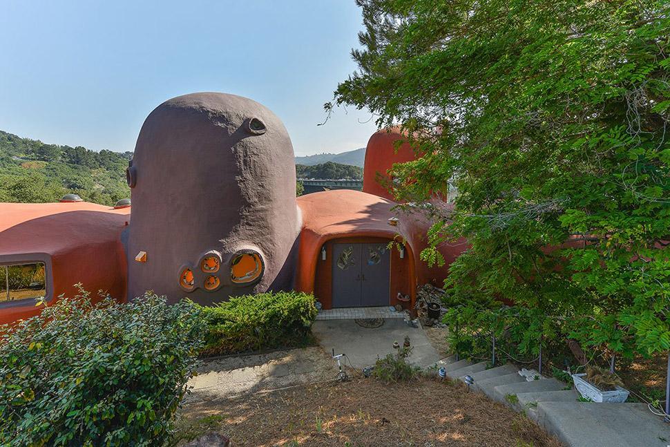 Он сделан из бетона, выкрашенного в оранжевый и фиолетовый, хотя в 1976 году, когда дом только постр