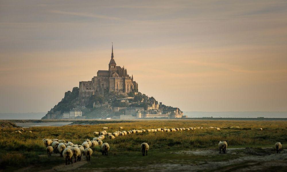 2. Мон-Сен-Мишель, Франция (© Rudy Denoyette) Неприступный замок Мон-Сен-Мишель, со всех сторон окру