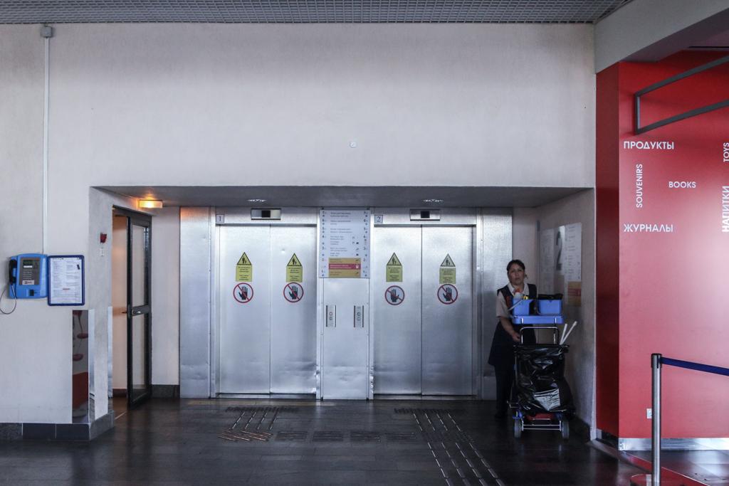 В нужном терминале видим заведение Friday's и отправляемся к лифтам, которые находятся рядом. Удивит