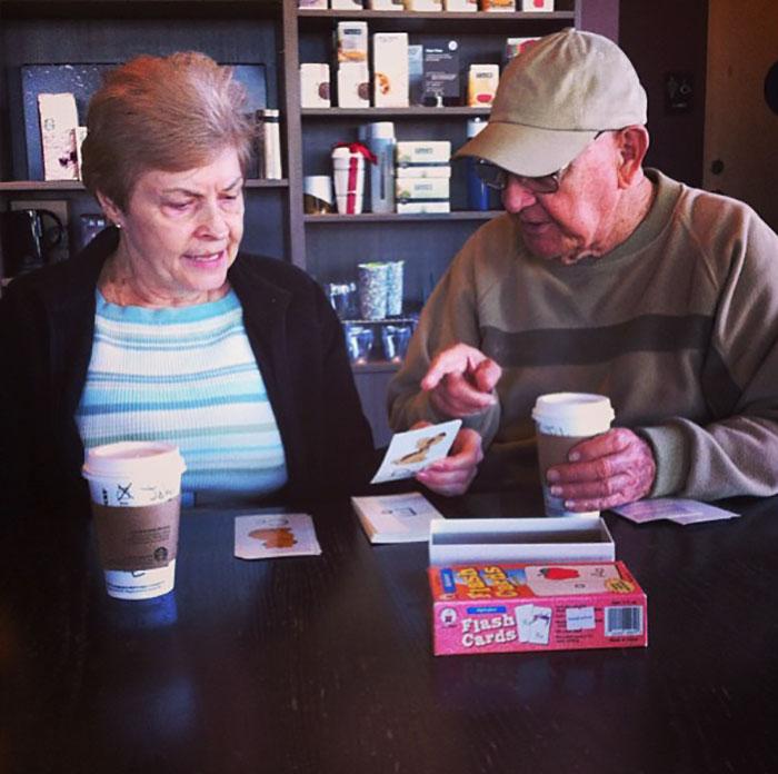 «Увидел эту пару в Starbucks, их зовут Джон и Линда. Оказалось, что Линда потеряла память, и теперь