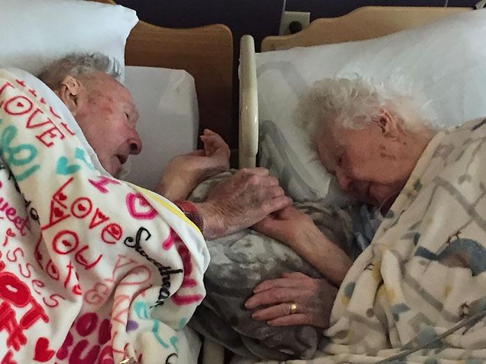 «Вместе до последнего вздоха. Мои дедушка и бабушка за несколько часов до ее смерти. Ей было 96 лет,