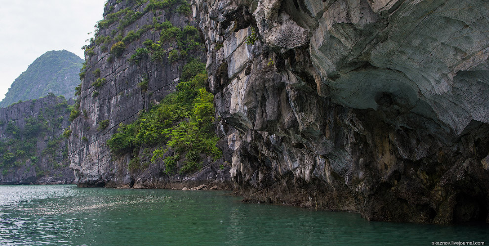 Бухта Халонг во Вьетнаме славится потрясающими закатами, и это правда! Небо может менять свой ц