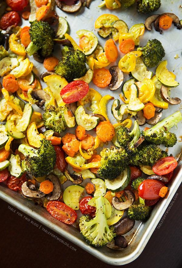 Запеченные овощи Разогрейте духовку. Смешайте вместе все овощи: 1 большую головку брокколи, нарезанн
