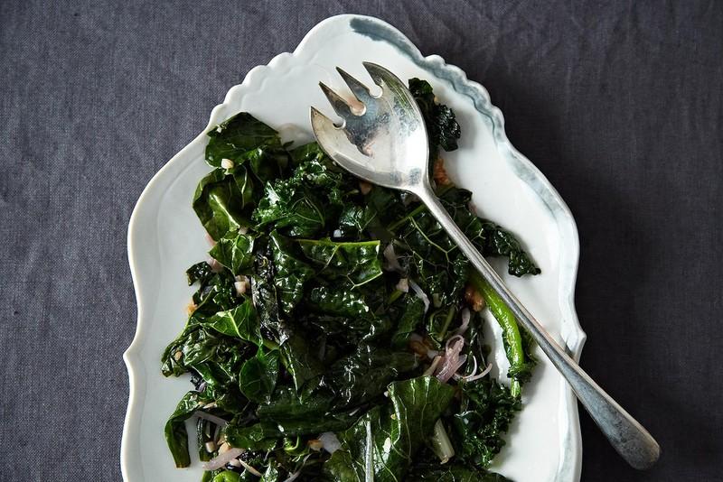 Жареная зелень Тщательно вымойте зелень — выберите то, что вам нравится. В этом рецепте используются