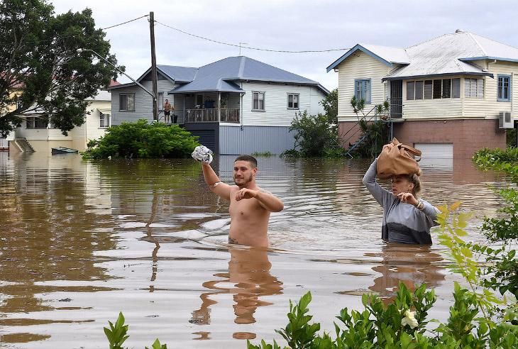 1. Как сообщается, зона наводнения растянулась на тысячу километров. Стихийное бедствие также о