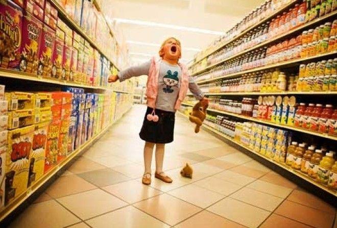 Ребенок закатил истерику в магазине. Вот, что нужно делать в таких ситуациях (4 фото)