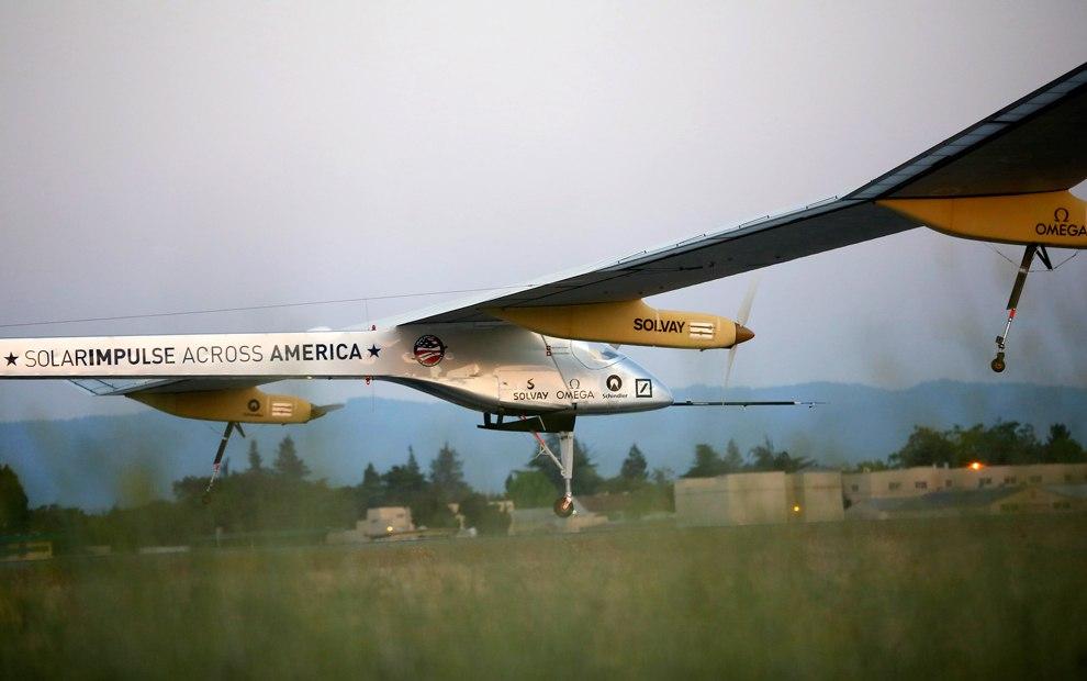 Самолет летит из Сан-Франциско в Феникс, 3 мая 2013. (Фото Fred Merz | Solar_Impulse via Reuter