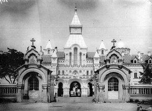 Вид на ворота и братский корпус с церковью св. Саввы Стратилата (справа - купол церкви Воскресения Христова).