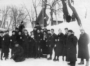 Группа участников соревнований на катке в Юсуповом саду в последнем ряду с бородой - Лебедев А.П., 3-й справа в 1-м ряду - Э.Лауман, 2-й справа в 1-м ряду - В.И.Срезневский.