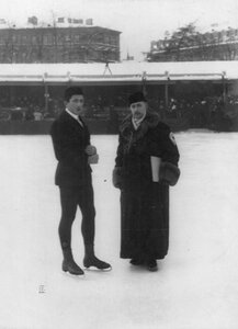 Участник соревнований с тренером на льду в Юсуповом саду.