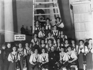 Группа спортсменок гимнастического общества Пальма с преподавателем