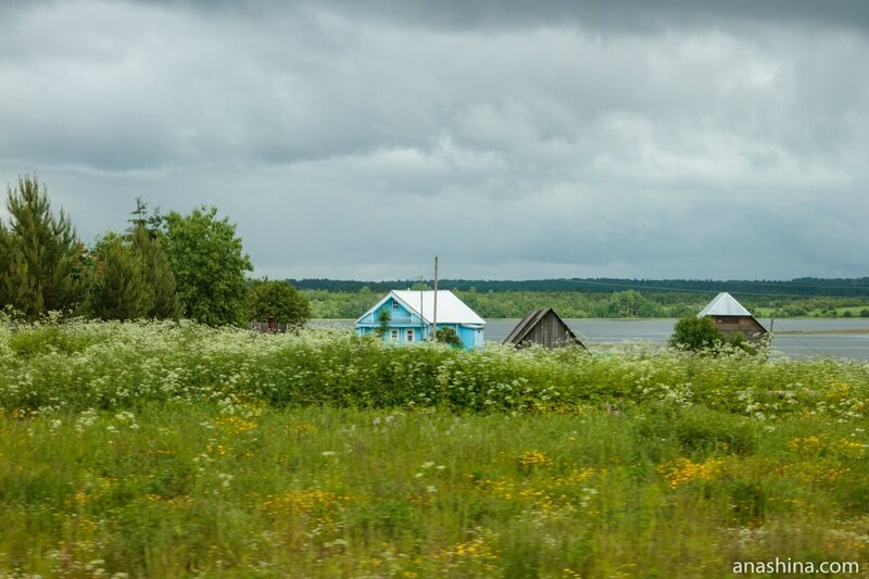 Деревня на берегу озера