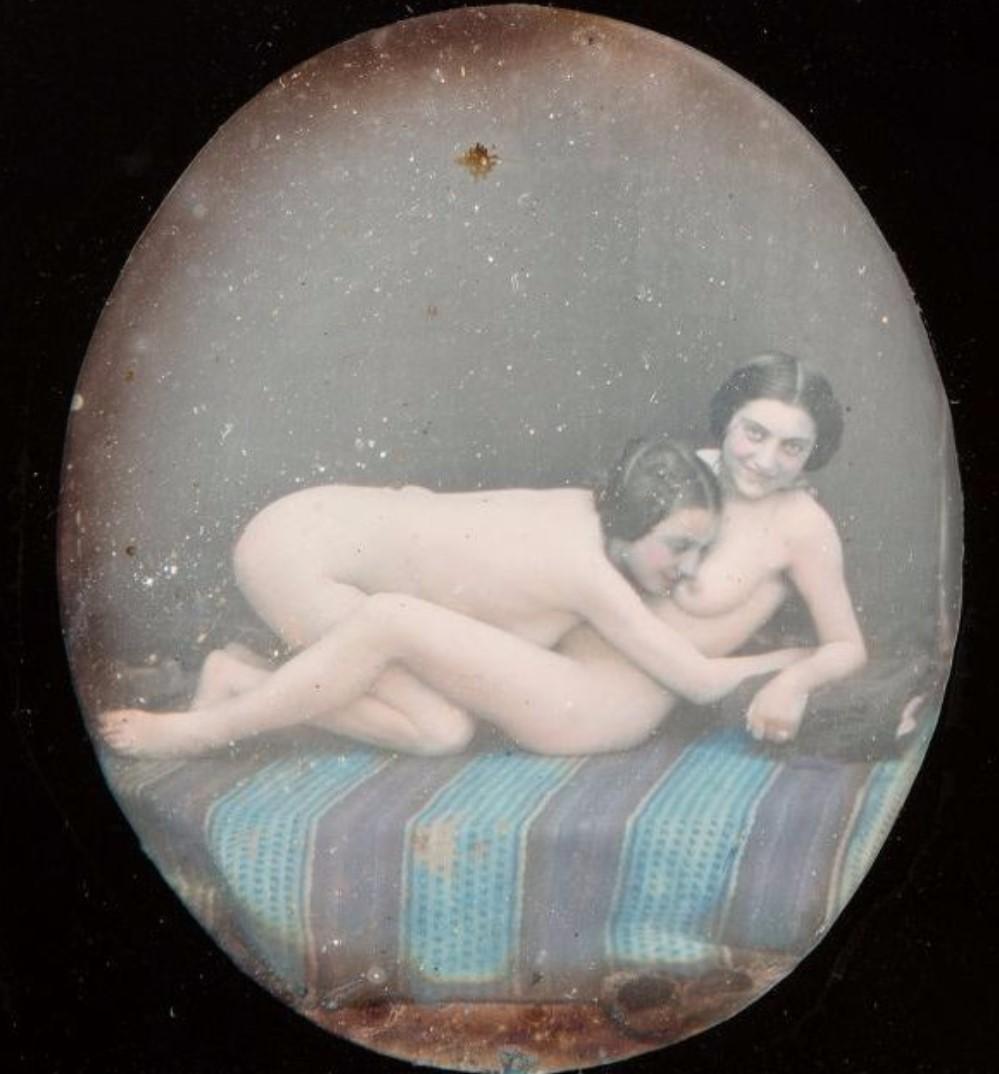 1855. Пара голых женщин на кровати