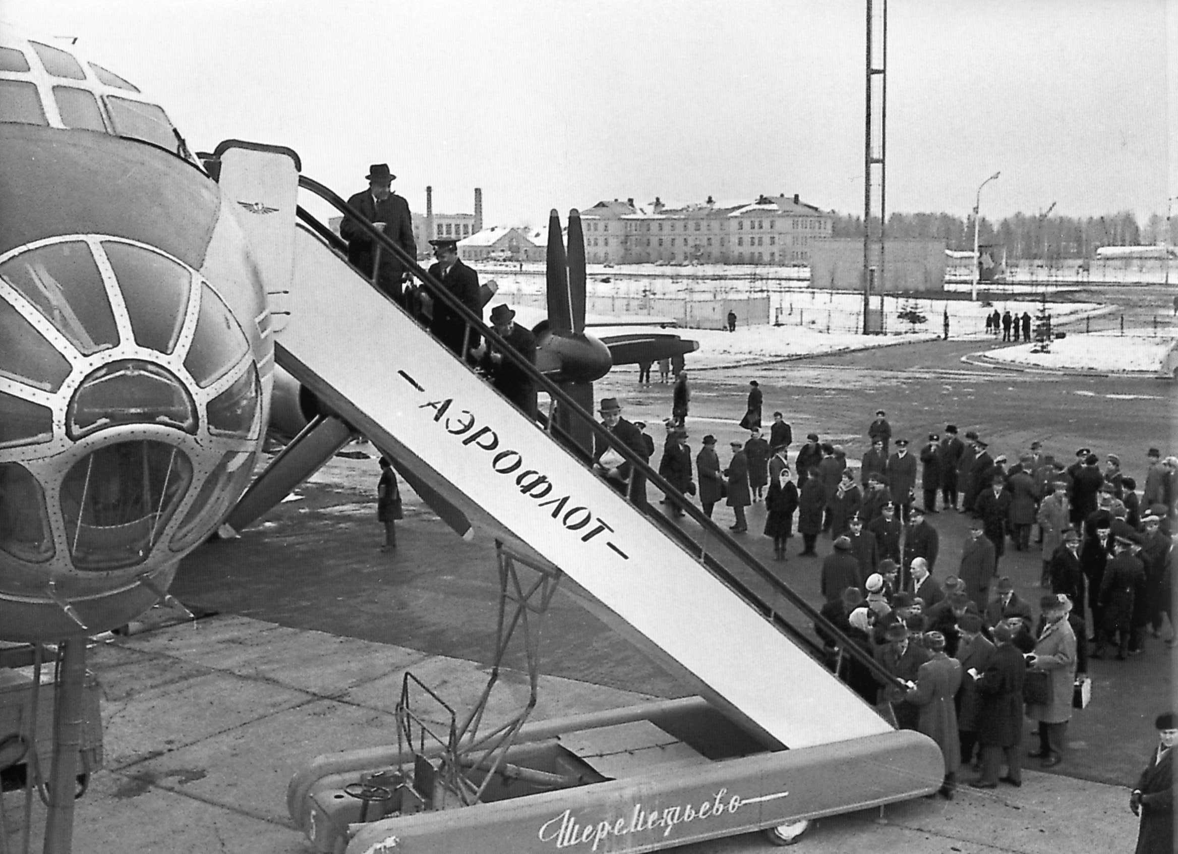 1965.   Посадка пассажиров в дальнемагистральный пассажирский самолет ТУ 114