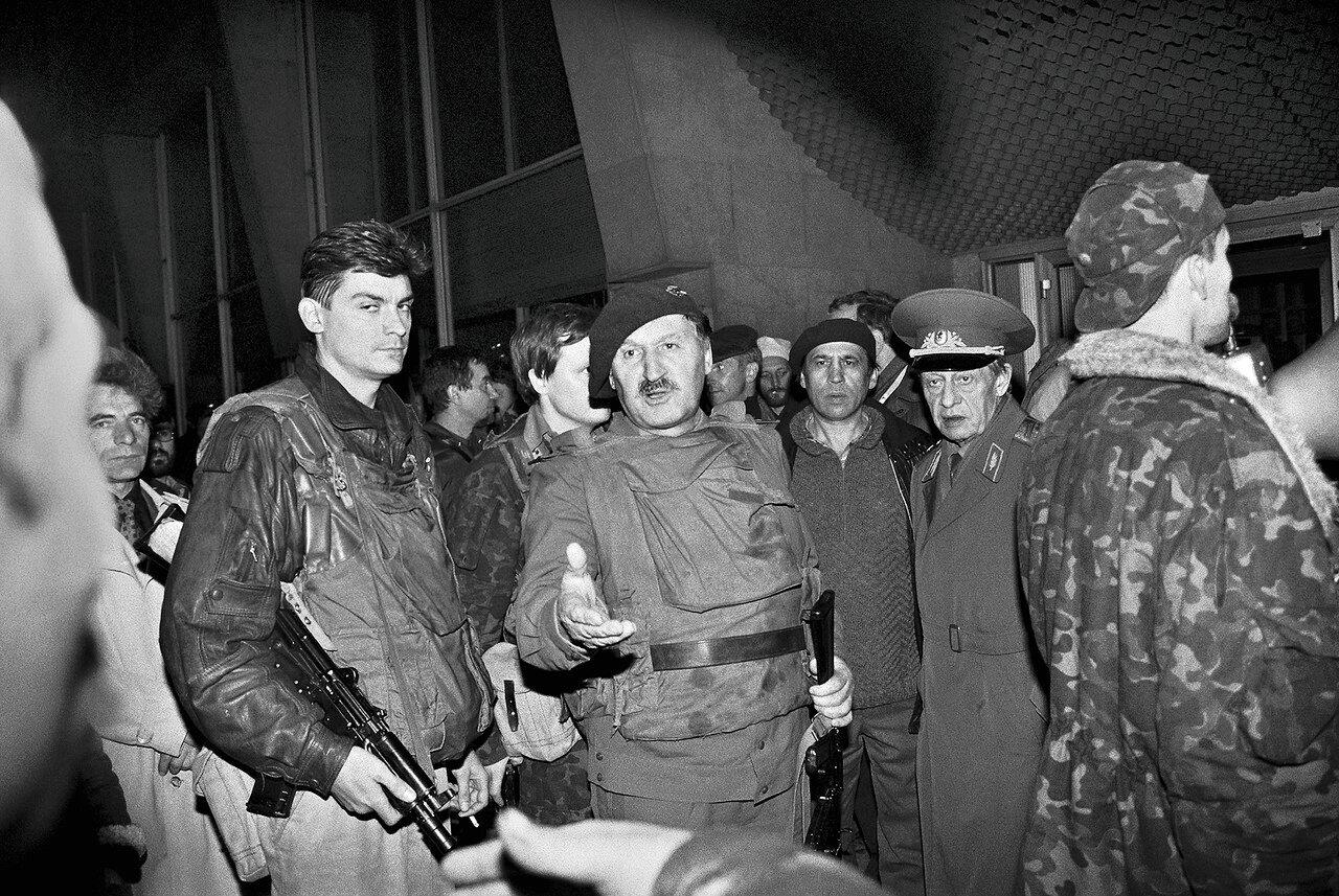 Вышедший на пенсию генерал Альберт Макашов, жестом, возглавляет толпу, штурмующую Останкино 3 октября