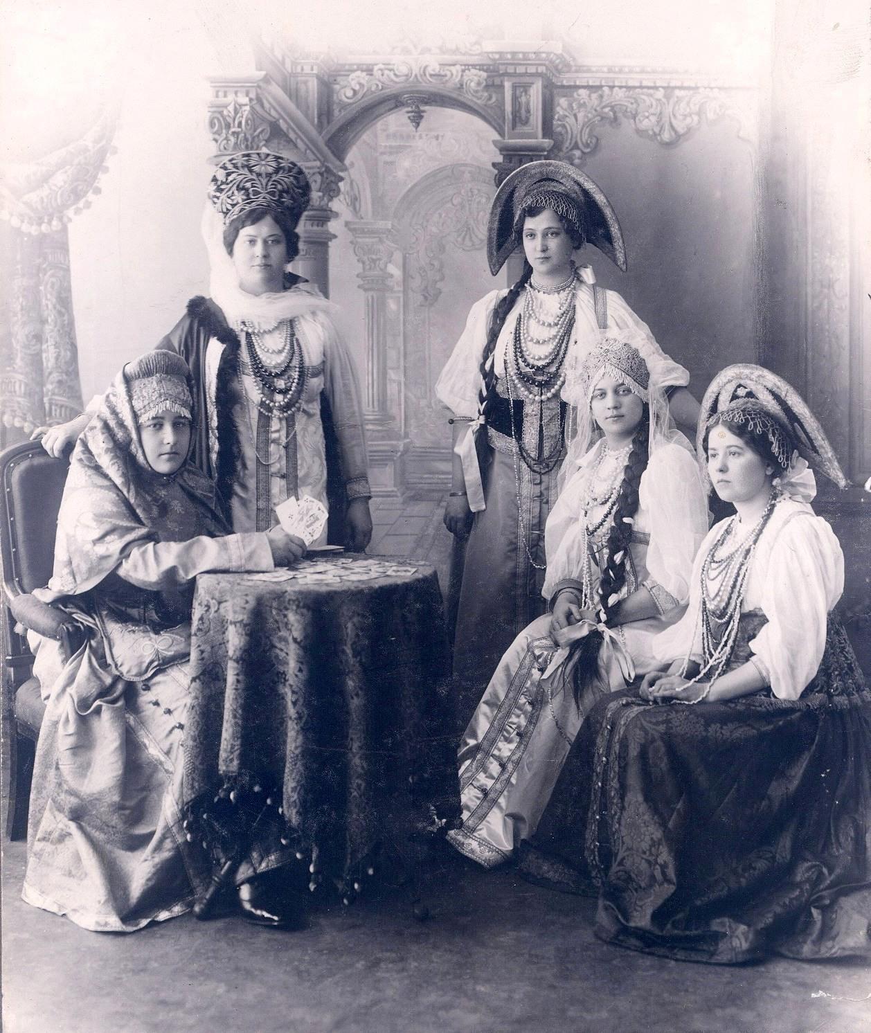 Справа стоит Елизавета Ивановна Гундобина, слева – ее сводная сестра Надежда Ивановна.  1906 – 1907