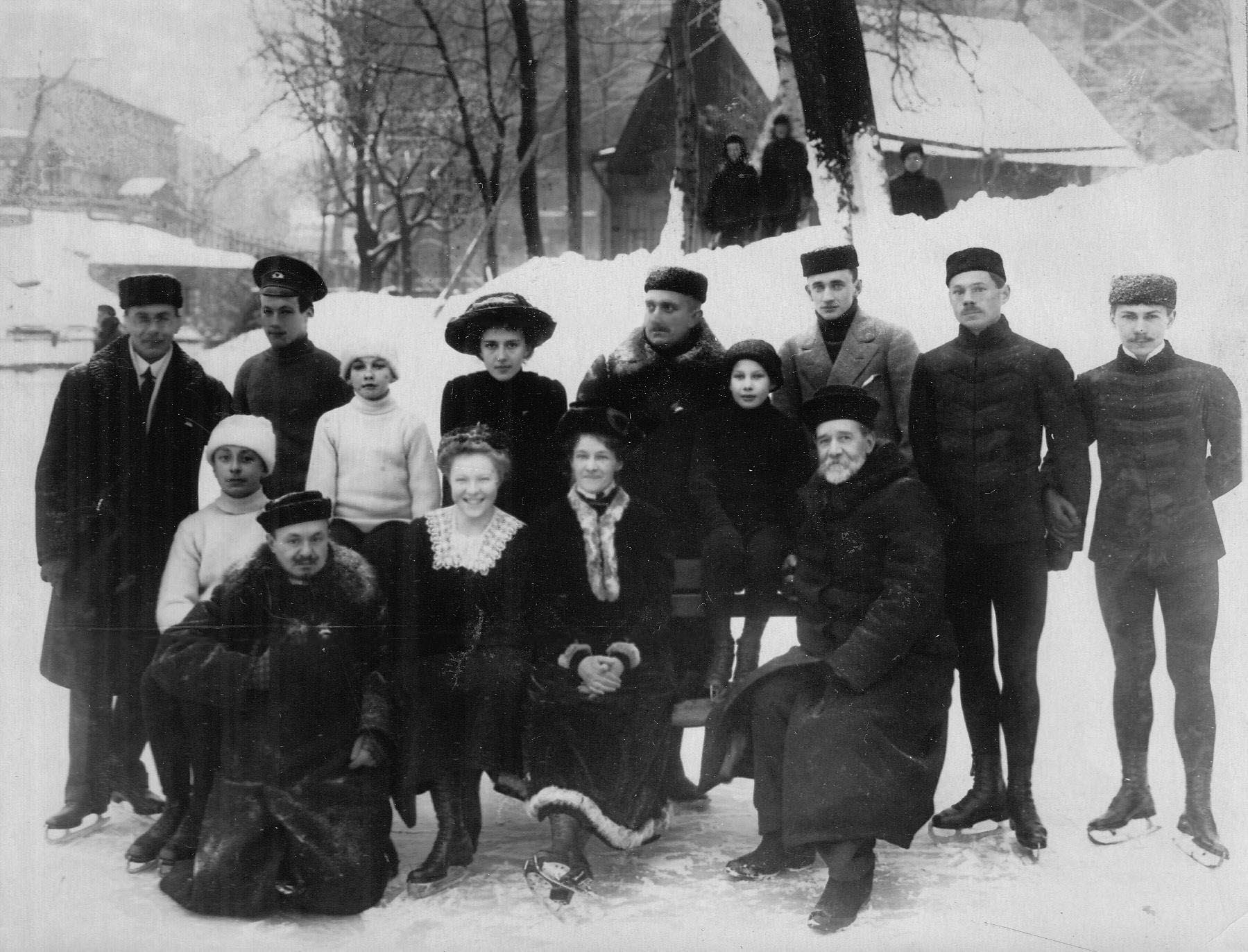 Группа конькобежцев с тренером (сидит 1-й слева Н.А.Панин-Коломенкин, 1-й справа В.И.Срезневский, стоит 2-й справа Н.В.Струнников). 1913