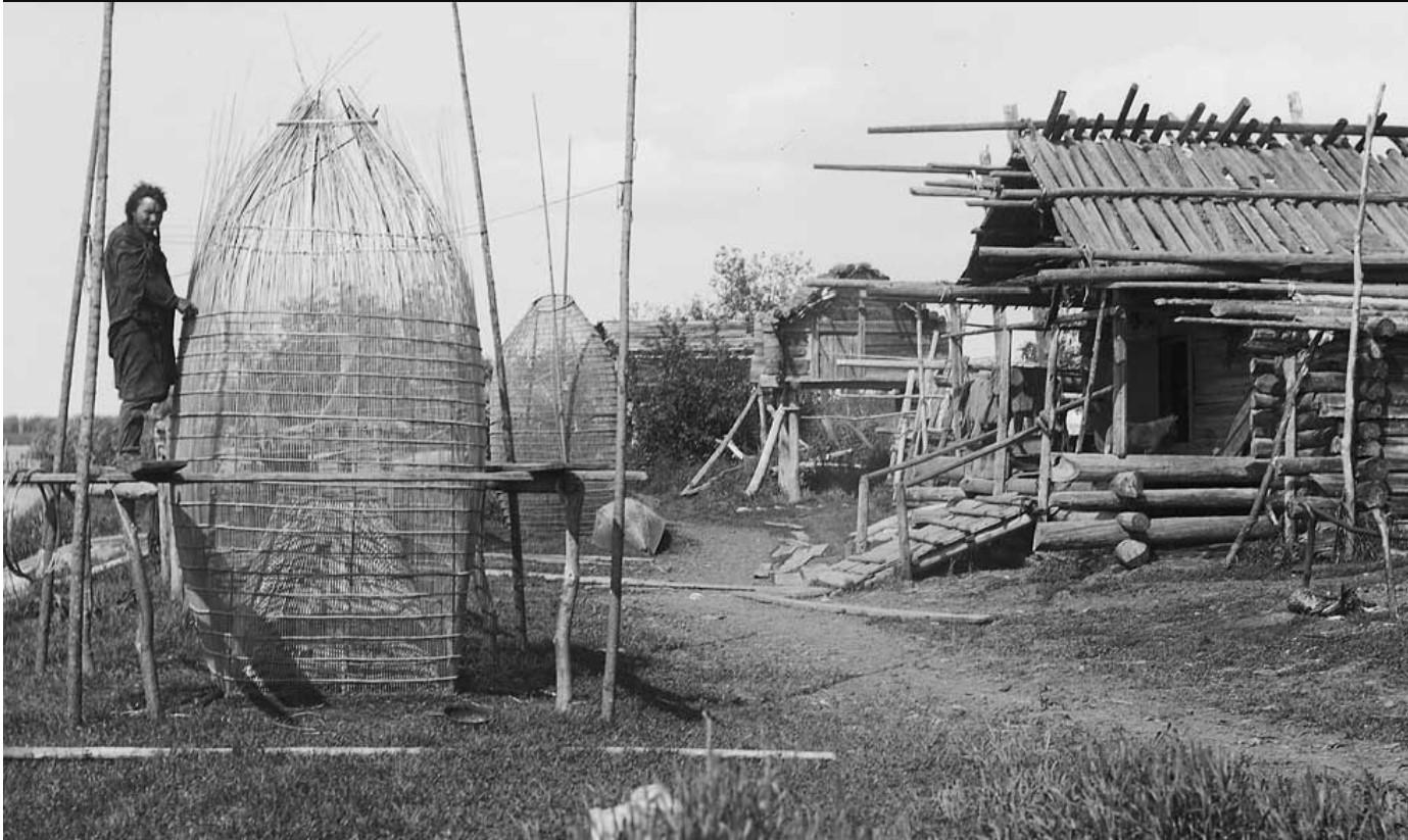 Рыбную ловушку вытащили на сушу. Рыболовное снаряжение и методы лова создали систему, адаптированную к условиям окружающей среды, что обеспечивало доступ к рыбе в течение года. Река Обь