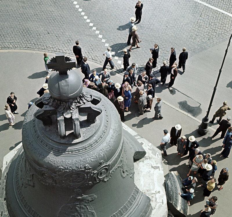 1958 Туристы осматривают Царь-колокол в Московском Кремле. Мирослав Муразов, РИА.jpg