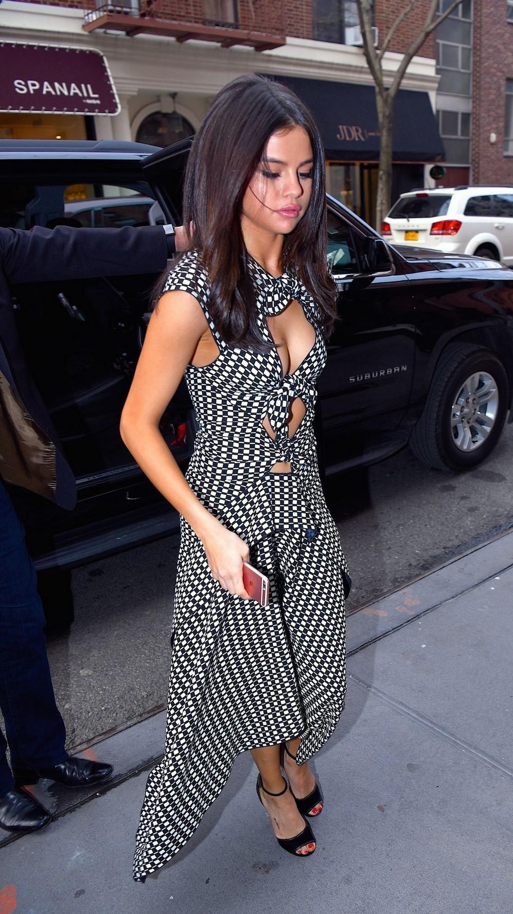 Селена Гомес в сексуальном платье