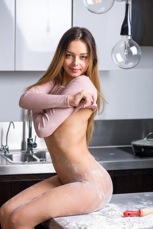 Мария хулиганит на кухне