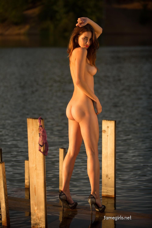 Диана разделась возле реки