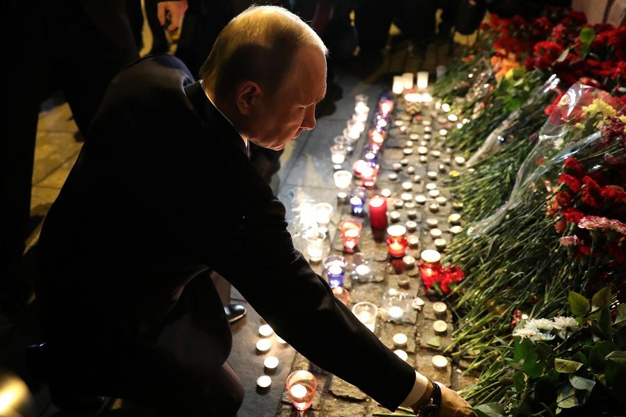 Путин почтил память погибших в метро 3.04.17.png