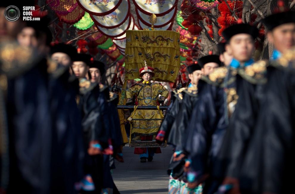 Актёр изображает императора династии Цин во время празднования Нового года в Пекине.(AP Photo/A