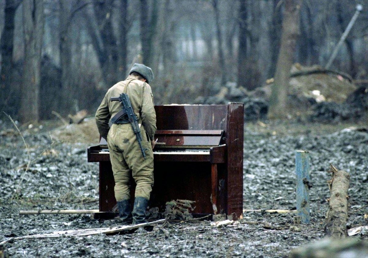 Российский солдат играет на пианино в центральном парке Грозного, 6 февраля 1995 года.