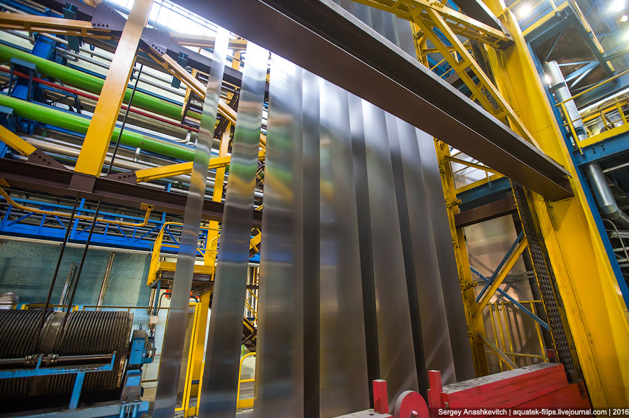 5. После размотки и сваривания, сталь попадает вот в эту огромную космическую машину. Какие ест