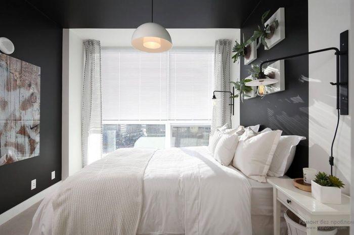 Классическое цветовое сочетание в интерьере маленькой спальни. Темные стены – это не табу для