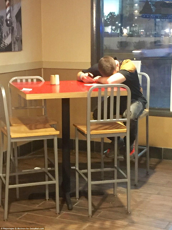 Не самый выносливый тусовщик: корреспонденты Daily Mail нашли его спящим за столом в Pizza Hut.