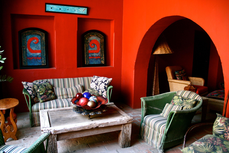 В интерьере мексиканских домов тоже преобладают насыщенные и яркие тона, а также элементы этническог