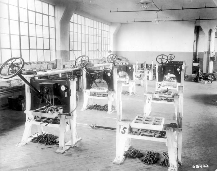 Сборка приборной доски на заводе в Хайленд-Парке, 1913
