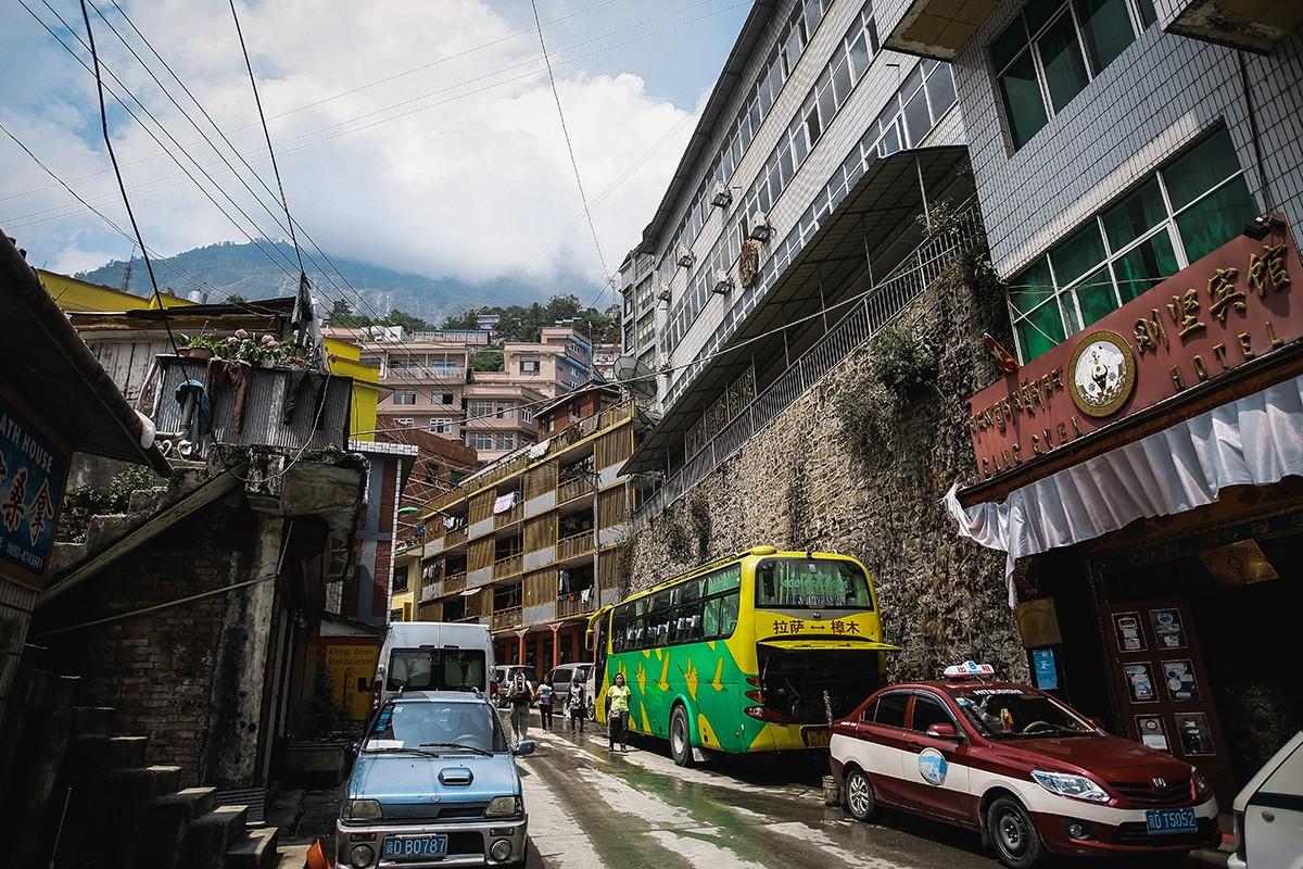 2. После грязнейшей Индии и Непала территория Тибета кажется верхом цивилизации. Отличные дороги, на